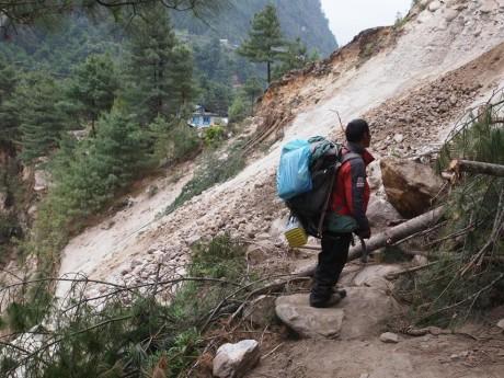 モンジョからパクディンに向かっている最中。もうまもなくパクディンですが、地滑りで完全に登山道が寸断されていた。