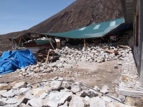 ペリチェ村にて建設中のロッジが半壊。