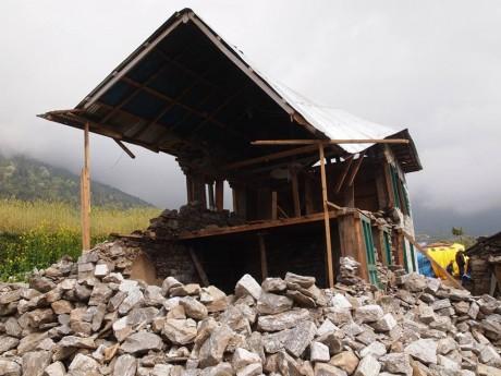 ルクラ村の家屋。ルクラは比較的被害は少なかったですが、この家に関しては全壊。