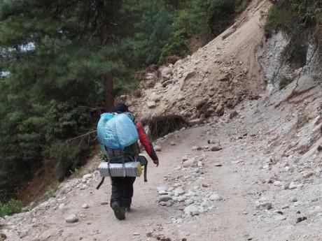 この時も落石があり、この辺りを通過するのにかなり緊張させられた。パクディン~モンジョの間。