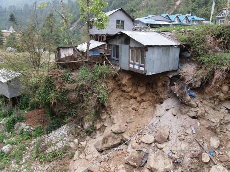 この家も時間の問題で川に落ちるでしょう。パクディン村にて