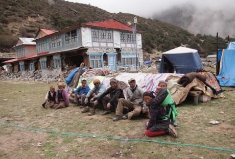 地震のあと、恐怖のあまりしばらく座り続ける村人たち(ターメ村にて)