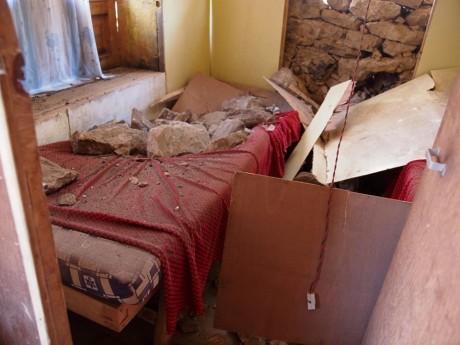 寝室ベッドの上には無数の石が・・・。仮に夜中の震災ならば多数の犠牲者がでただろう