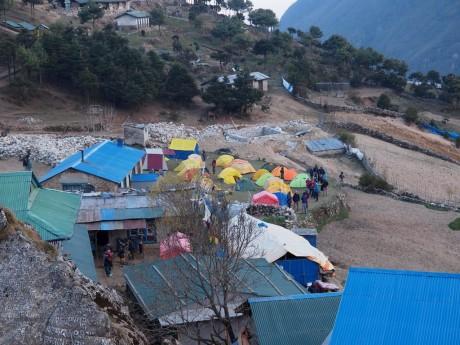 ナムチェバザール村の外れにテントを張る村人たち